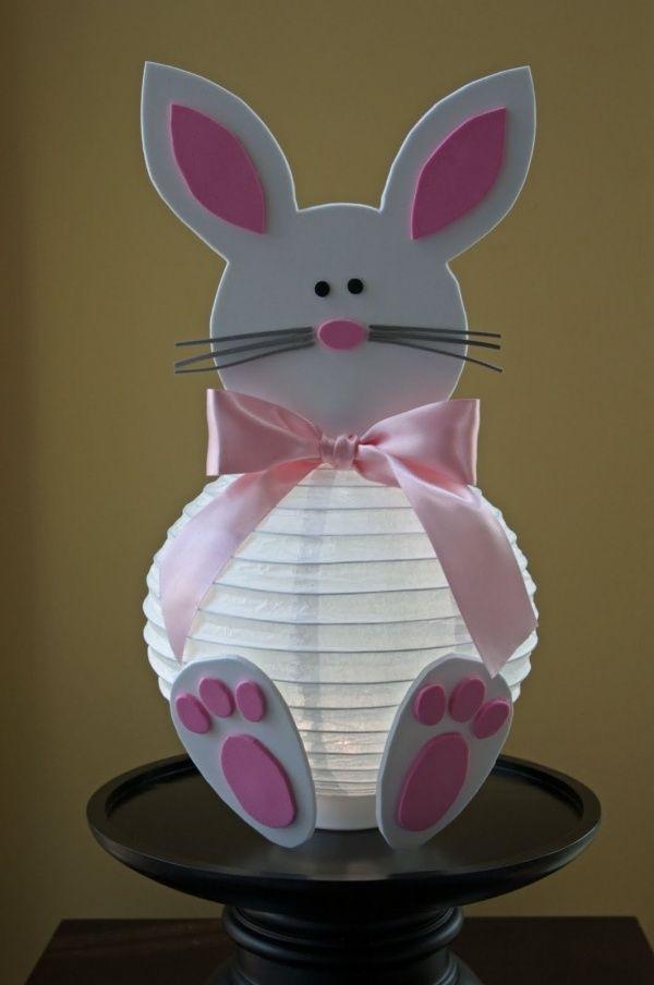un lapin décoratif en carton blanc pour Pâques