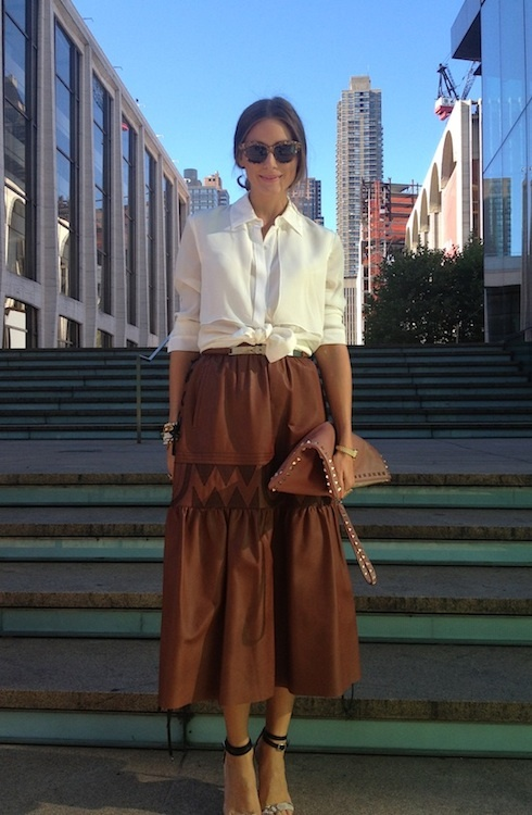 Olivia Palermo. Falda midi piel. Camisa blanca
