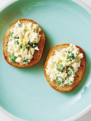 **ホームパーティー料理** 春にぴったり! グリーンピースとカッテージチーズのバゲットのせレシピ