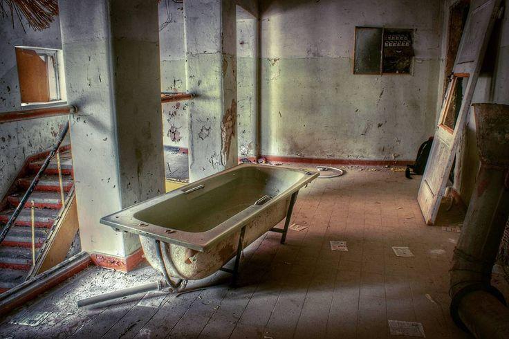 Kiedy zapomniałeś gdzie chciałeś mieć łazienkę. #neirawypełzaznory #urbex #abandonedplaces #urbanexploration #opuszczone #urbexphotography
