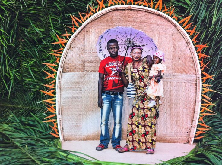 """Patrick Willocq - WALÉ ASONGWAKA, ENFIN LIBRE - A l'issue du spectacle de fin de réclusion, Walé Asongwaka, """"la belle"""", (21 ans, 3 ans de réclusion, mère de Bola) est redevenue une femme normale, comme tant d'autres au village. Elle est retournée dans la case de son mari. Le lendemain, elle et son enfant se sont enfin affichés fièrement à la vue de toute la communauté dans leurs plus beaux habits. Son mari avait disparu il y a 3 ans immédiatement après l'accouchement…"""