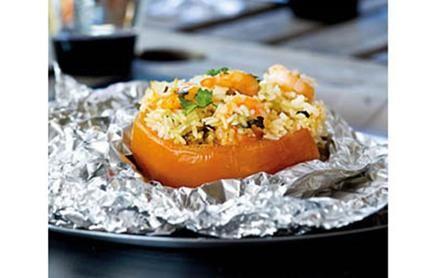 Tomate recheado com arroz de camarão e coentros