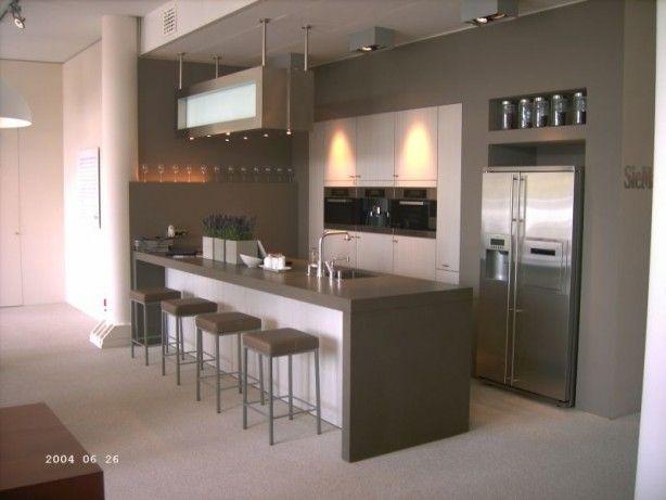 mooie keuken met eiland en bar.