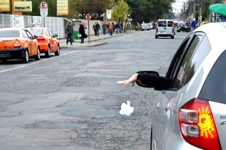 Artigo 172 do CTB - Atirar lixo do carro nas ruas é infração de trânsito grave e…