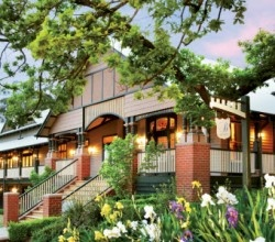 The Grange Bellinzona is an oustanding and impressive building. It is a historic accommodation house in Hepburn Springs. It is one of the very early original guesthouses built.  Recently updated, this hotel provides all the comforts you need while retaining the historical feel of the region.