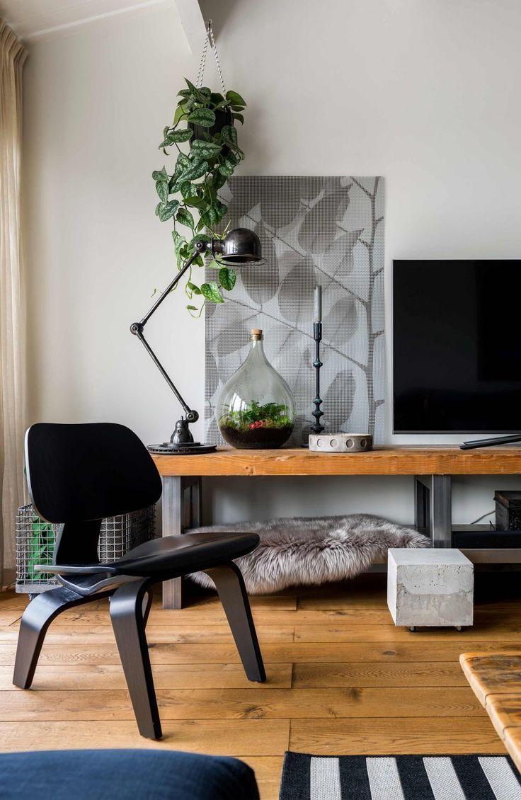 Houten tv-meubel en zwarte stoel   Wooden tv cabinet with black chair   vtwonen 09-2017   Fotografie Stan Koolen