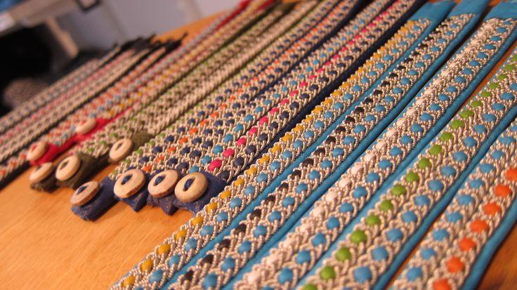 Armband i skinn och flätad tenntråd