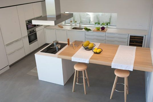 Un îlot complété par une table pour une cuisine lumineuse - La cuisine îlot se fait belle ! - CôtéMaison.fr