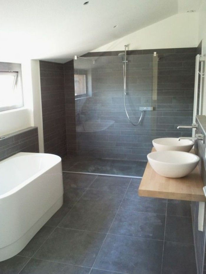 faire une douche à l italienne, grande baignoire en blanc design chic