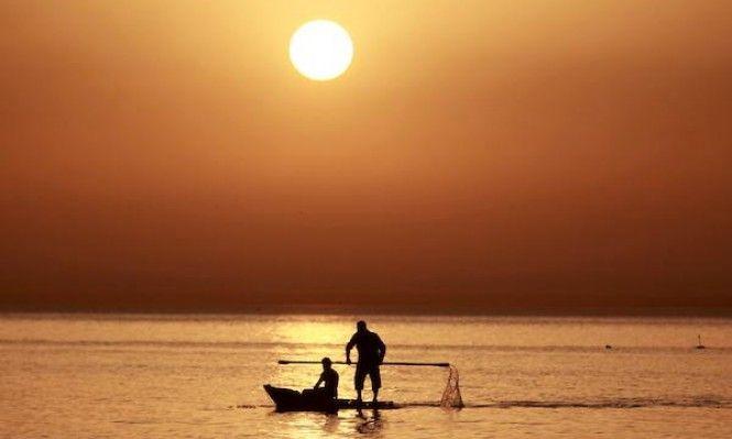 صورة ت ظهر صيادي ن فلسطيني ي ن في غزة مع شروق الشمس My Land Outdoor Celestial