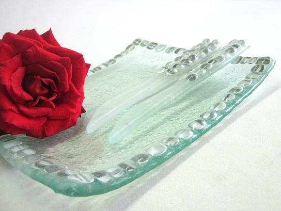 Conjunto porta paté /salgadinhos/frios vidro colorido preto/branco 1 pratinho 14 x 16cm 2 faquinhas R$41,00