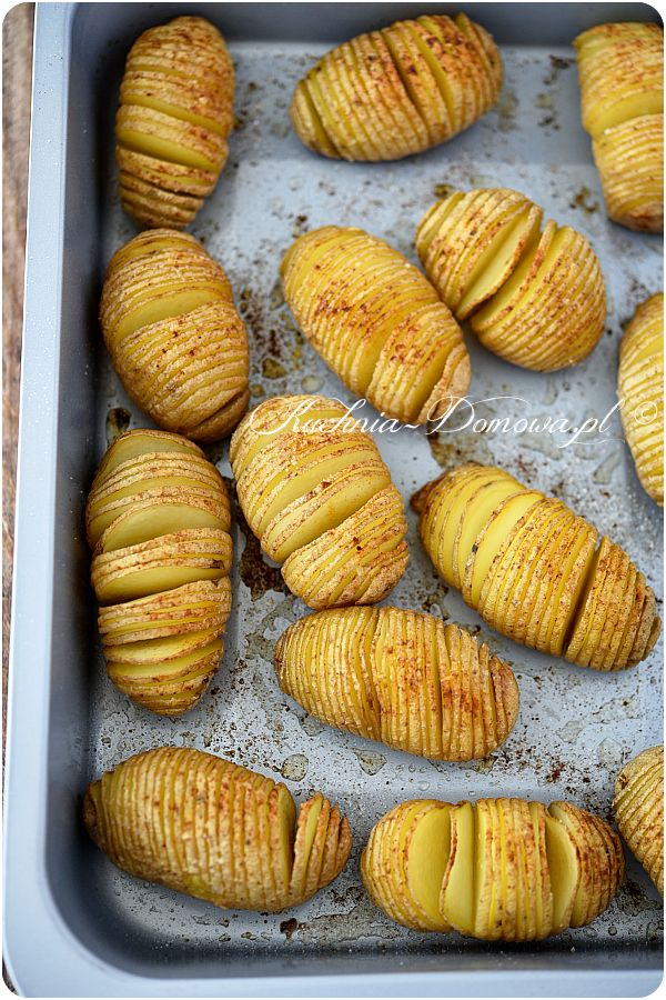 Ziemniaki Hasselback - Ponacinane i zapieczone ziemniaki w piekarniku na sposób szwedzki nie tylko wyglądają atrakcyjnie, ale również smakują wybornie. Są bardzo smaczne – mają w sobie coś z chrupiących frytek i łagodnego, pieczonego ziemniaka.