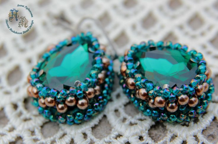 Beaded earrings with emerald-like elements