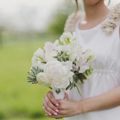 Stimmige Kombination aus Kleid und Blumen.