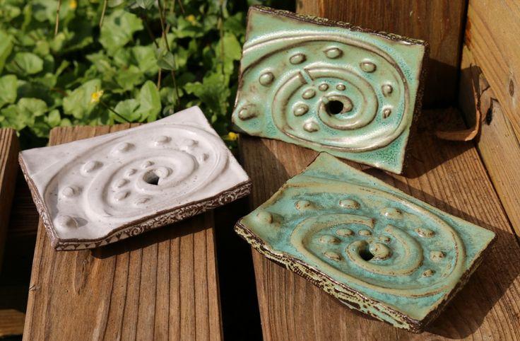Getöpferte Seifenschale mit Stempelmuster und Ablaufmöglichkeit, damit die Seife schnell wieder trocken wird - ca. 7,5 cm x 10,5 cm.