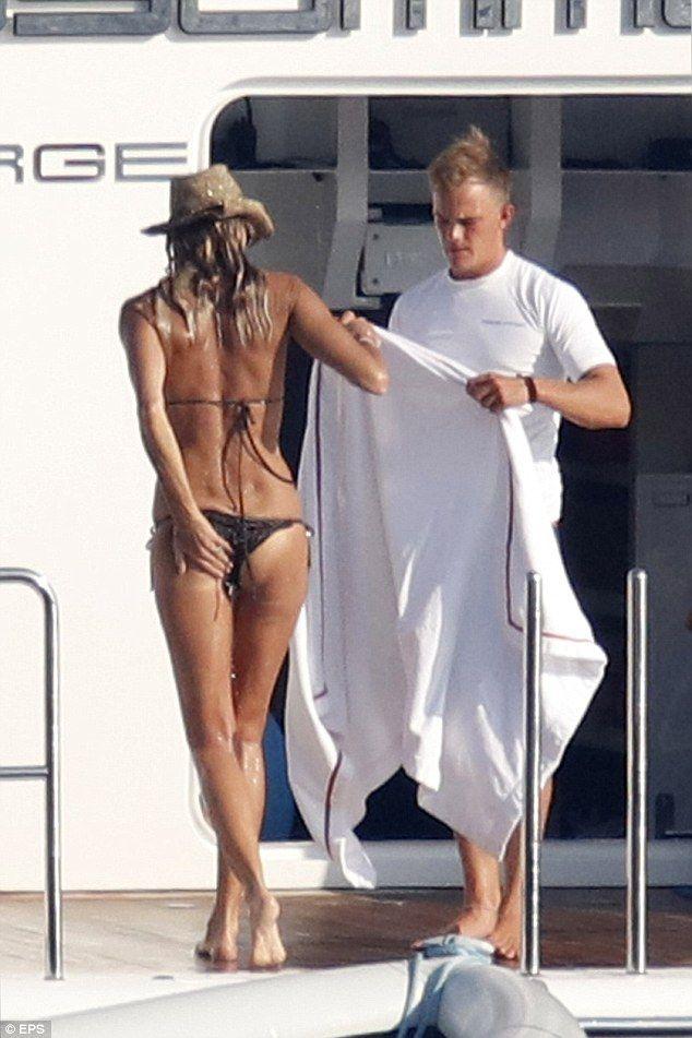 Elle Macpherson in Bikini Top on the beach in Miami Pic 20 of 35