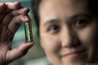 Mya Le Thai  con la batería de nanocables (foto: Steve Zylius / UCI)