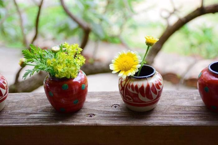 ギャラリーやカフェなどで、さりげなくディスプレイされている器。その使われ方もまた目に楽しい。やちむんの里で見る、暮らしの中にある器の数々。ふとした瞬間に感じる豊かさに心が潤います。