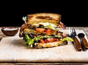 Ostesmørbrød med hvit geitost, sopp, fikenmarmelade og skinke | Oppskrift | Meny.no