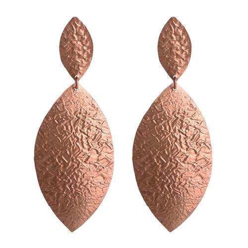 Elegante øreringe, der er i banket overfladen så de fremstår mere rå. Øreringene er både flotte til hverdag og til pænt brug - og meget lette at bære. 1199 kr.