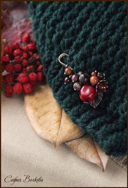 Купить или заказать Комплект 'Холодный сентябрь' в интернет-магазине на Ярмарке Мастеров. Уютный осенний комплект - теплый объемный снуд и яркая ягодная брошечка. Идеальное сочетание для поклонниц насыщенных осенних красок. Снуд великолепно дополнит пальто или пиджак темных оттенков, теплое шерстяное платье, свитер. Брошечка буквально 'горит' на темно-зеленом фоне, добавляя яркую и звонкую ноту образу. Ягодки на булавке - темно-красные кораллы, яшма, дерево и металл цвета меди.