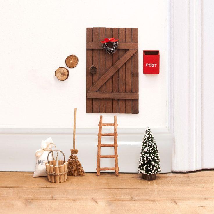 Nissedør i brunt træ med dørkrans og masser af tilbehør. Denne nissedør ligner en brun stalddør og har følgende tilbehør:Spand, stige, kost, postkasse, melsæk, juletræ og knager. Med denne nissedør er du og ungerne klar