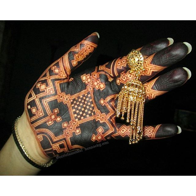 (ezriela menkel) natural henna can get a black colour on the palm, especially with 2 applications. I think there are 2 applications here. Masterly!