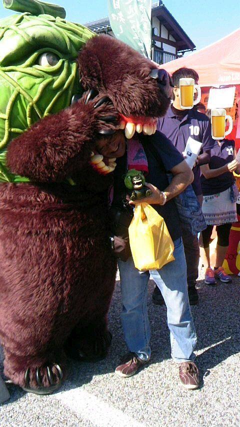 @55_kumamon このステージ見てないくまモン下の凶暴な熊(メロン熊)に噛まれなかったかい友人は噛まれまくってた(笑)おまけにメロン熊ビール呑む(爆笑) 注ビールは本物やけど吞むふりしてるだけです