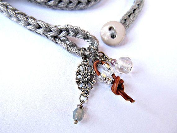 Luz y ganchillo suave envoltura brazalete o collar hecho de hilo de algodón en un tono perfecto de luz, vidrio moldeado con gris plata, cordón de