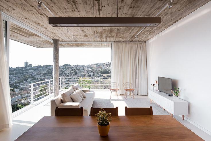 Barbara Becker projetou esta casa unifamiliar com foco na atividade social e de contemplação com a natureza em Pato Branco (PR), seus clientes priorizando o reencontro com amigos e prazeres da vida…