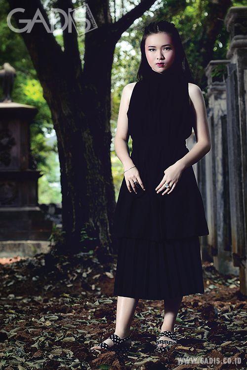 Halloween kali ini, coba padukan dark colors untuk tampilan yang dramatis. The fashion gone rogue!