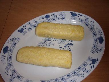 Uvařené brambory oloupeme,nastrouháme na struhadle,přidáme vše ostatní a vypracujeme těsto.Z něho uděláme dva ...