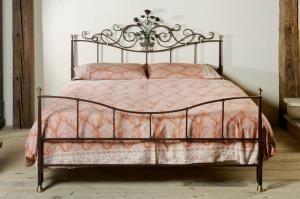 Il tema dei letti in ferro battuto ha sempre un certo fascino, che ne dite?! The theme of wrought iron beds has always a certain charm, isn't it?!