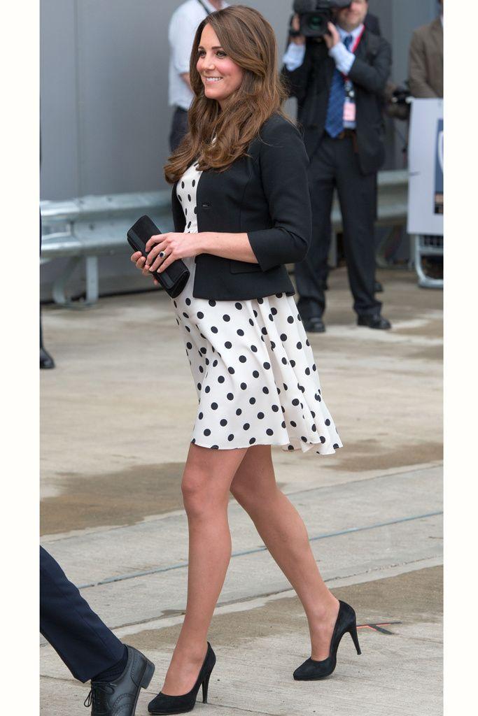Las princesas también compran low cost y ella lo hace muy a menudo. Este vestido de lunares que Kate Middleton combinó con una chaqueta Ralph Lauren y unos salones de Episode, se agotó en pocas horas.