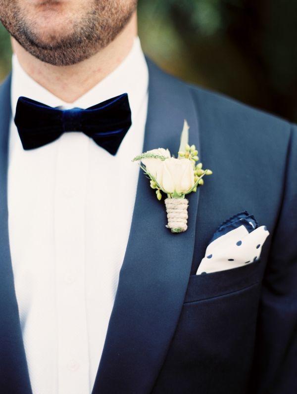 Varför inte ha en fluga i sammet? Flugor i unika färger och mönster går att fynda secondhand!  [Groom oufit.] #wedding #bröllop #ecobride