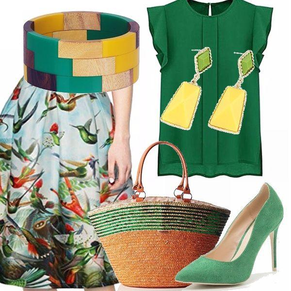 Outfit per personalità decise e creative, adatto anche per una cerimonia. Gonna midi stile anni cinquanta, dai colori vivaci, abbinata ad un top in tinta, con décolleté tono su tono color verde, bracciale in legno per creare personalità e stile, abbinata ad una borsa in paglia.
