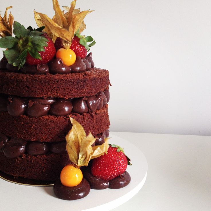Chocolate Naked Cake with Strawberries (Naked Cake de brigadeiro de chocolate com morangos)