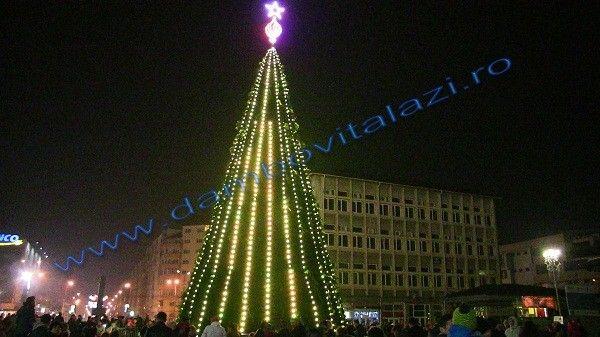 """Primăria municipiului Târgoviște vă invită să participați în această seară, de la ora 19.00, la momentul aprinderii bradului de Crăciun în Piața Tricolorului. Orășelul Copiilor își va deschide porțile pentru cei mici, iar cei mari vor putea face cumpărături la Târgul de Crăciun. Evenimentul va fi completat de colindele Corului """"Appasionato"""". Târgul de Crăciun de la Târgoviște va fi deschis pe..."""