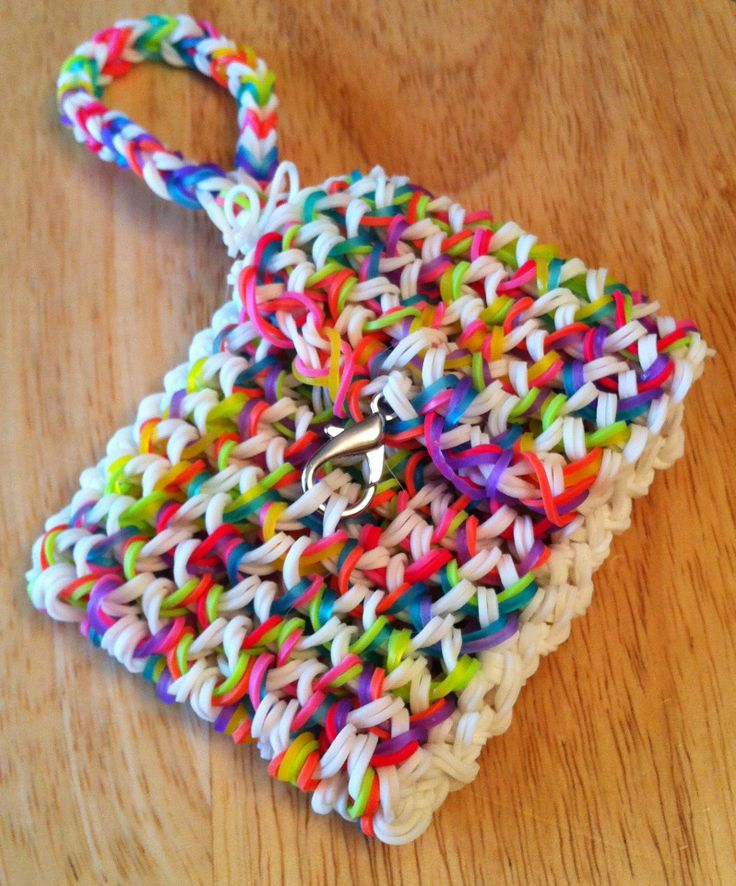 Rainbow loom wristlet purse. We used this video! Machines et élastiques : http://www.creactivites.com/268-elastiques-loom