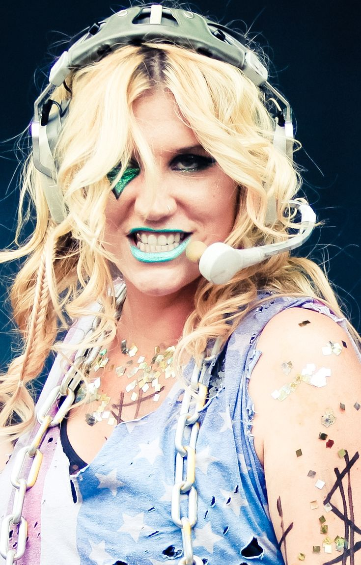 Dolly Parton....meet the Future of Musical make up <3