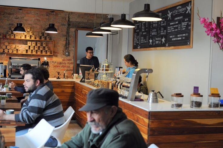 Tomando café en un pequeño lindo lugar llamado Bourbon Coffee Roasters.