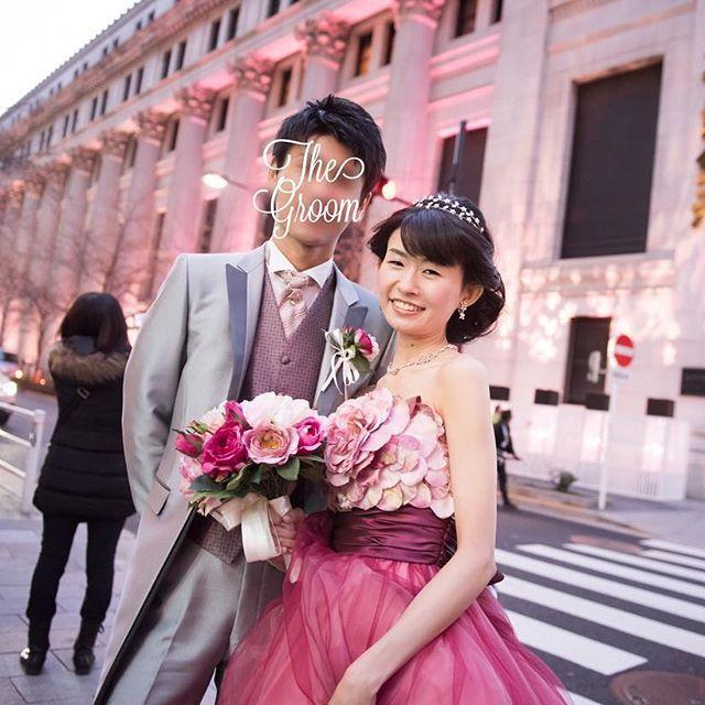 【kanap83】さんのInstagramをピンしています。 《#kanapwd0326 💍✨ #weddingtbt 💓 二次会ドレスで出発前に急いで撮影🚖💨 重要文化財である三井本館が、この時期限定で桜ピンクにライトアップされています🌸 偶然ドレスの色とも合っていて、ライトアップの時間的に少し二次会は遅刻してしまったけど撮影できてよかったです😊🙏 . ヘッドアクセはお譲りしてしまいましたが、ブーケ&ブートニアはお譲り可能です💐ご興味ある方はDMにてお待ちしています💌 . #マンダリンオリエンタル東京 #motyowedding #mandarinorientaltokyo #カラードレス #二次会ドレス #三井本館 #桜 #日本橋 #桜ライトアップ #三井本館ライトアップ #ブーケお譲り #ハナコレ花嫁 #ウェディングニュース #kanap83wd》