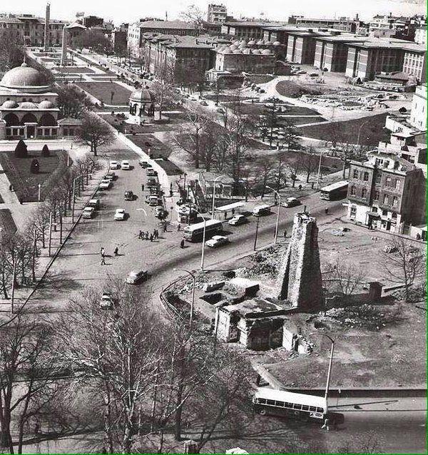 Sultanahmet Meydanı, ileride Mısır Obeliski ve Örme Obelisk öndeki yapı ise Yerebatan Sarnıcı'nın su terazisi. /1967