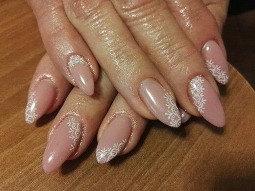 Nail art mandorla rosa naturale con pizzo bianco