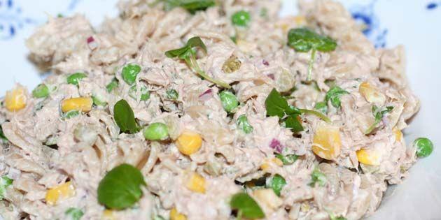 Pastasalat møder tunsalat i denne fuldstændig forrygende udgave med majs, ærter og en skøn dressing.