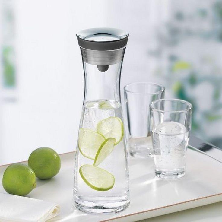 Κανάτα νερού Basic, WMF. Με καπάκι που ανοίγει και κλείνει αυτόματα, απελευθερώνει ακριβώς την ποσότητα που χρειάζεστε χωρίς να στάζει, ενώ τα κομμάτια πάγου και φρούτων συγκρατούνται από εσωτερικό φίλτρο. Περισσότερα στο http://www.parousiasi.gr/?product=καραφα-νερου-1-λτ-μαυρο-πωμα-0617706040