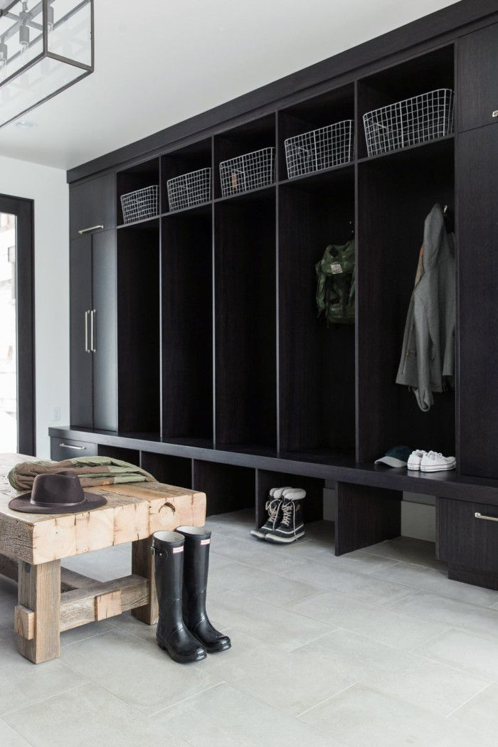 Har du utrymme är ett tips att avsätta en garderobsdel per familjemedlem. På så vis har var och en alltid koll på sina egna jackor, skor och prylar. http://www.elledecoration.se/11-inspirerande-tips-med-hallen-i-fokus/