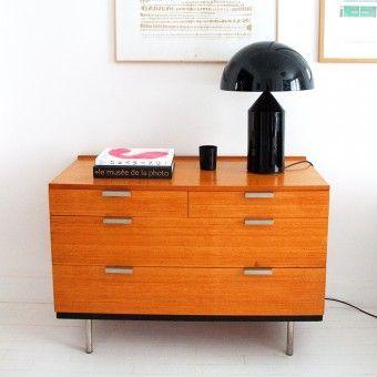 Commode de John et Sylvia Reid, fabriquée par Stag de 1960 à 1969 en Angleterre. Comprend 4 tiroirs.