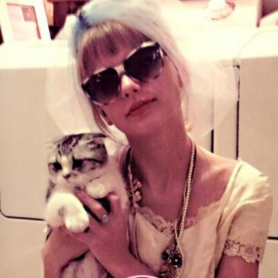 Taylor Swift and her cat Meredith.