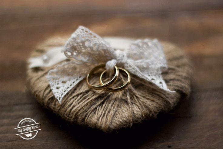 Complementos diy para bodas de ensueño! Cómo hacer un Porta Alianzas de corazón de Yute #boda #bodadiy #diy #portaalianzas #manualidades